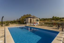 Island Home w Pool Brac (23)